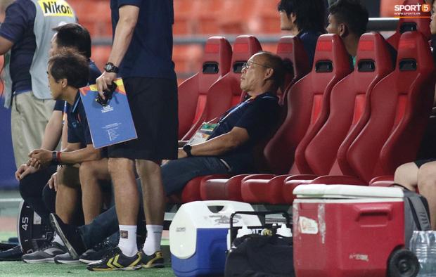 HLV Park Hang-seo gục đầu sau sai lầm của thủ môn Bùi Tiến Dũng-4