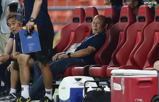 HLV Park Hang-seo gục đầu sau sai lầm của thủ môn Bùi Tiến Dũng-5