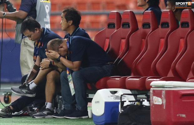 HLV Park Hang-seo gục đầu sau sai lầm của thủ môn Bùi Tiến Dũng-3