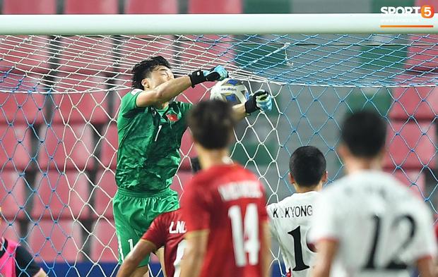 HLV Park Hang-seo gục đầu sau sai lầm của thủ môn Bùi Tiến Dũng-1