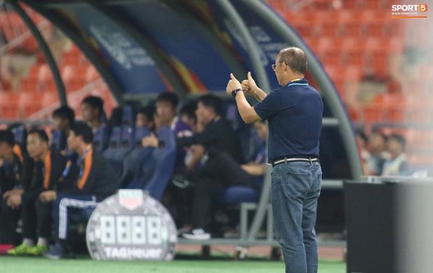 HLV Park Hang-seo gục đầu sau sai lầm của thủ môn Bùi Tiến Dũng-9