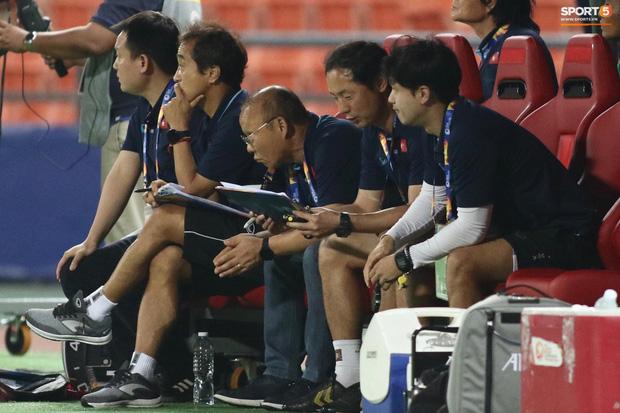HLV Park Hang-seo gục đầu sau sai lầm của thủ môn Bùi Tiến Dũng-7
