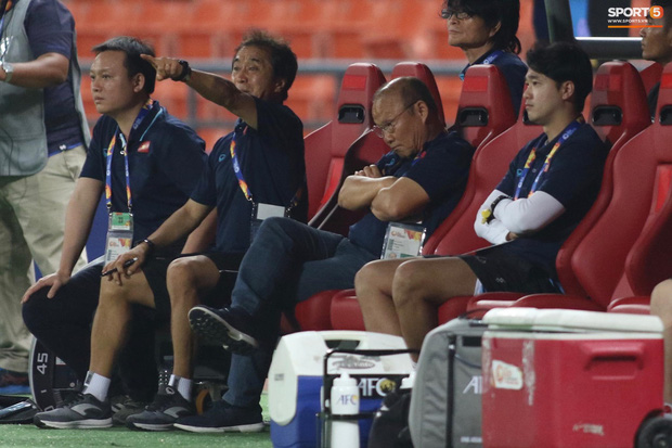 HLV Park Hang-seo gục đầu sau sai lầm của thủ môn Bùi Tiến Dũng-6