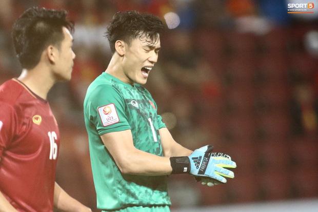 HLV Park Hang-seo gục đầu sau sai lầm của thủ môn Bùi Tiến Dũng-2