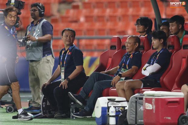 HLV Park Hang-seo gục đầu sau sai lầm của thủ môn Bùi Tiến Dũng-10
