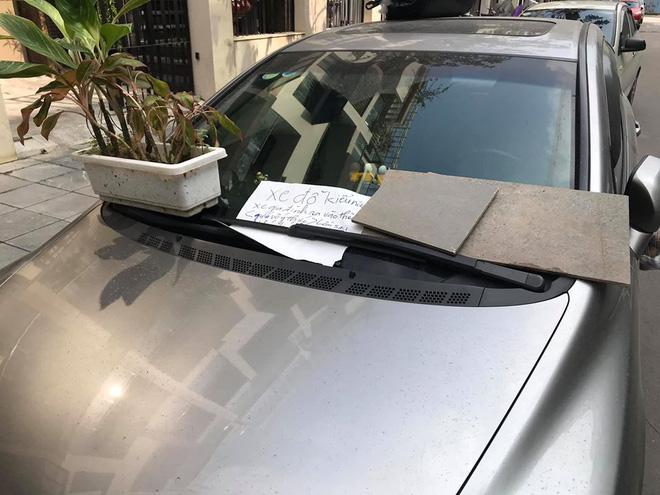Đỗ ô tô trên đường rồi rời đi, lúc quay lại tài xế tái mặt khi thấy 3 túi quà treo đầy xe-2