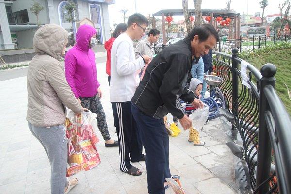 Hà Nội: Lắp cầu trượt tiễn Táo quân, người dân thích thú chờ đến lượt-2