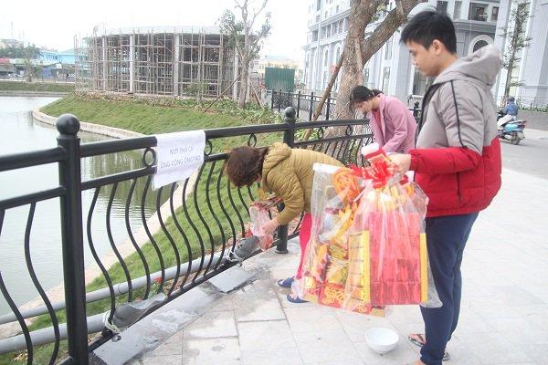 Hà Nội: Lắp cầu trượt tiễn Táo quân, người dân thích thú chờ đến lượt-10
