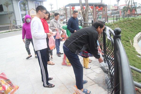 Hà Nội: Lắp cầu trượt tiễn Táo quân, người dân thích thú chờ đến lượt-12