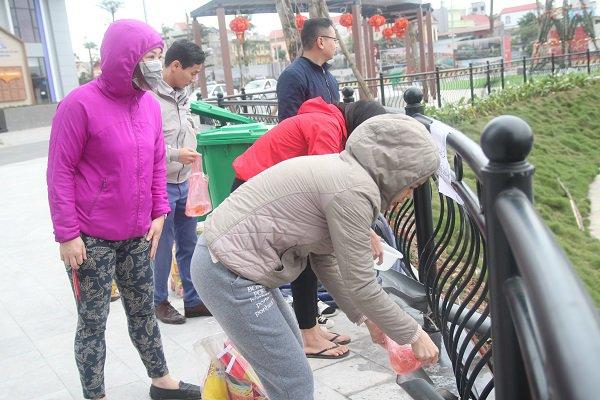 Hà Nội: Lắp cầu trượt tiễn Táo quân, người dân thích thú chờ đến lượt-13