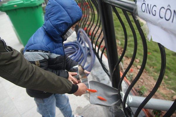 Hà Nội: Lắp cầu trượt tiễn Táo quân, người dân thích thú chờ đến lượt-14