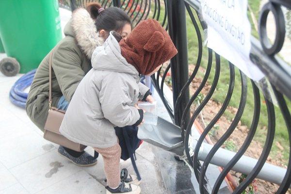 Hà Nội: Lắp cầu trượt tiễn Táo quân, người dân thích thú chờ đến lượt-16