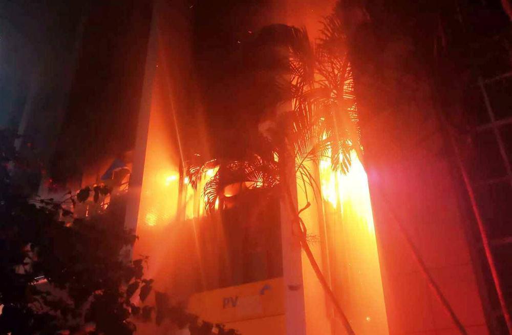 Vụ cháy lớn ở tòa nhà dầu khí: Thêm 1 người chết, 3 cảnh sát PCCC nhập viện-2