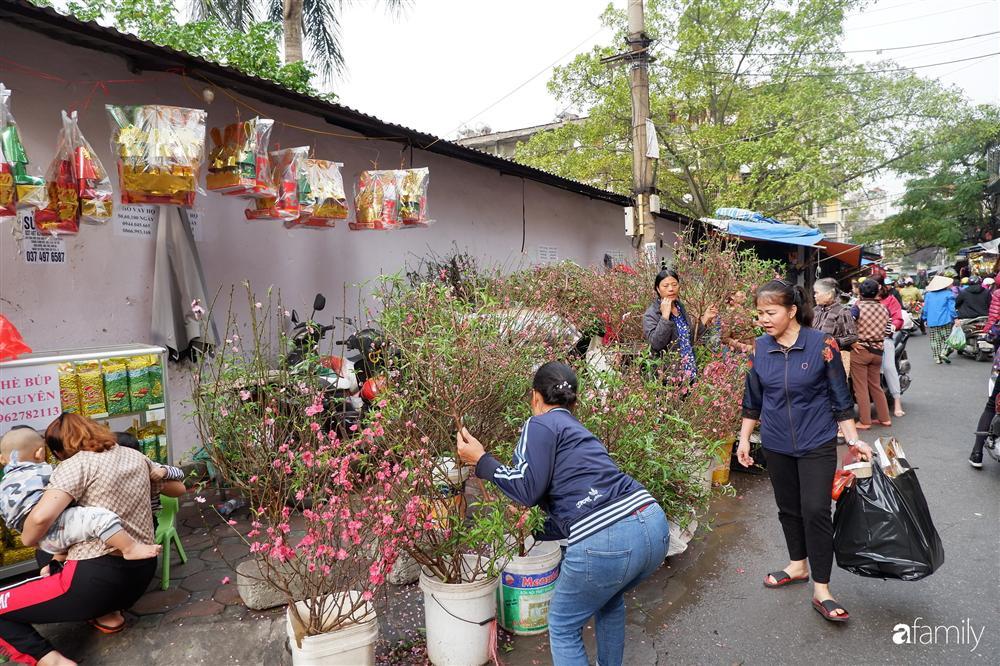 Tiễn ông Táo về trời: Người Hà Nội nhộn nhịp khiến không khí mua sắm tấp nập trên mỗi khu chợ-6