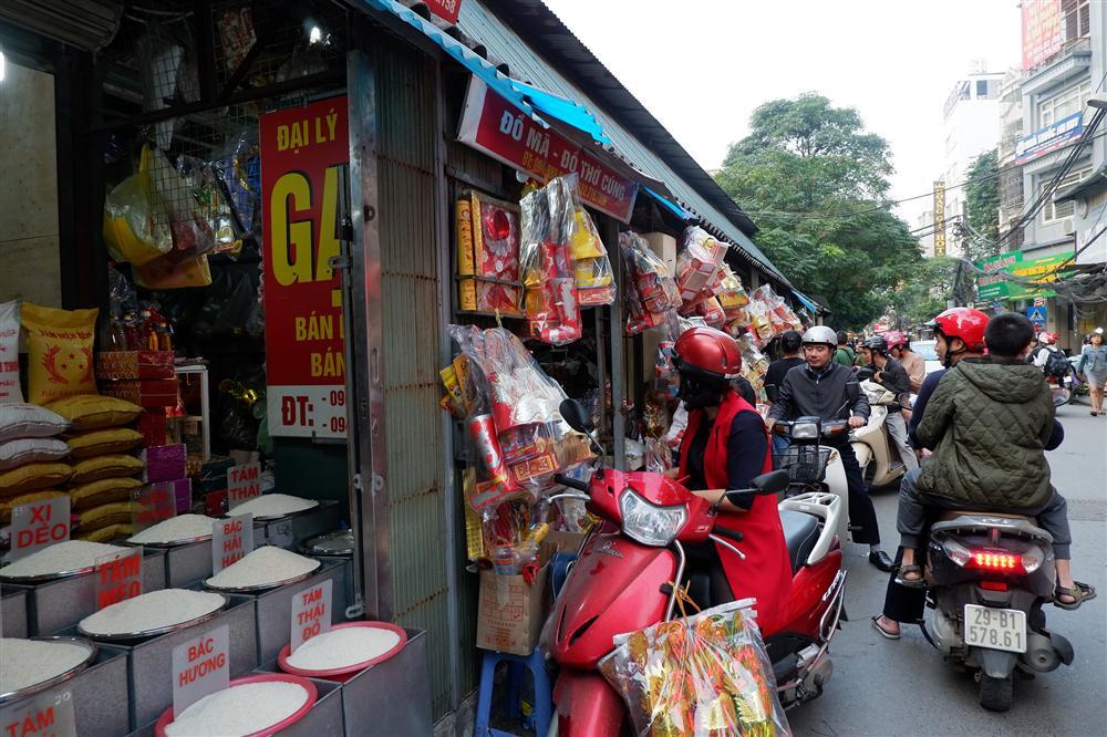 Tiễn ông Táo về trời: Người Hà Nội nhộn nhịp khiến không khí mua sắm tấp nập trên mỗi khu chợ-14