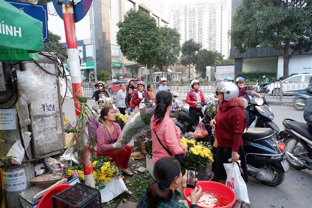 Tiễn ông Táo về trời: Người Hà Nội nhộn nhịp khiến không khí mua sắm tấp nập trên mỗi khu chợ-15