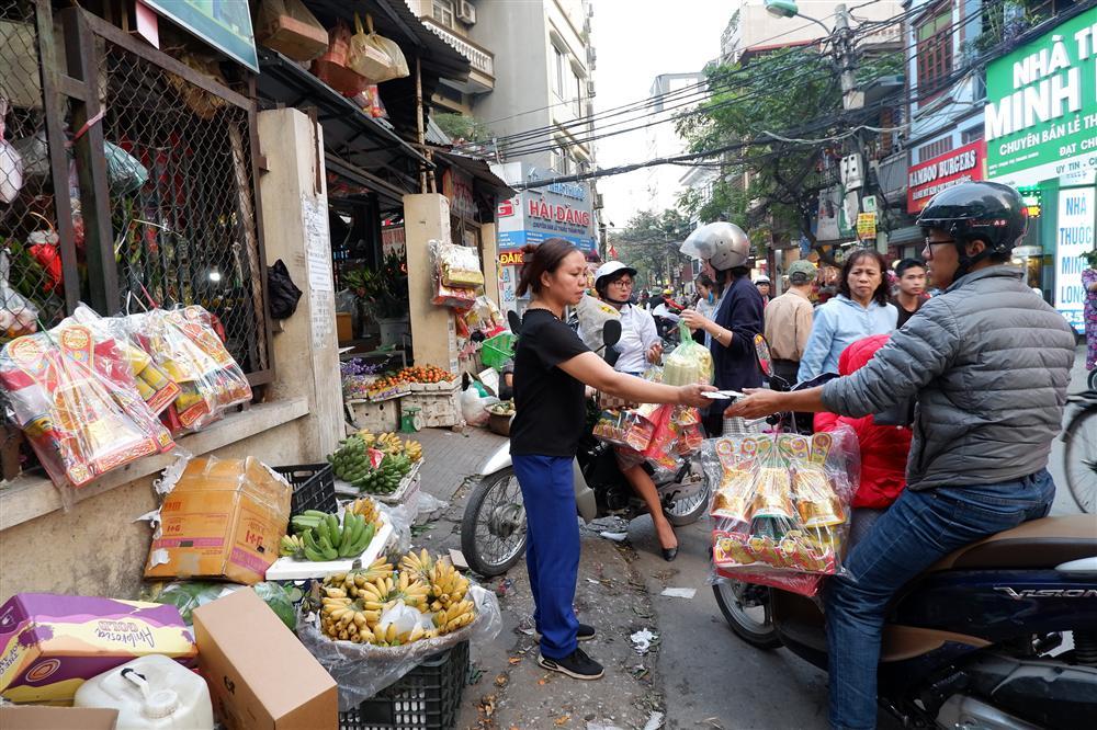 Tiễn ông Táo về trời: Người Hà Nội nhộn nhịp khiến không khí mua sắm tấp nập trên mỗi khu chợ-16