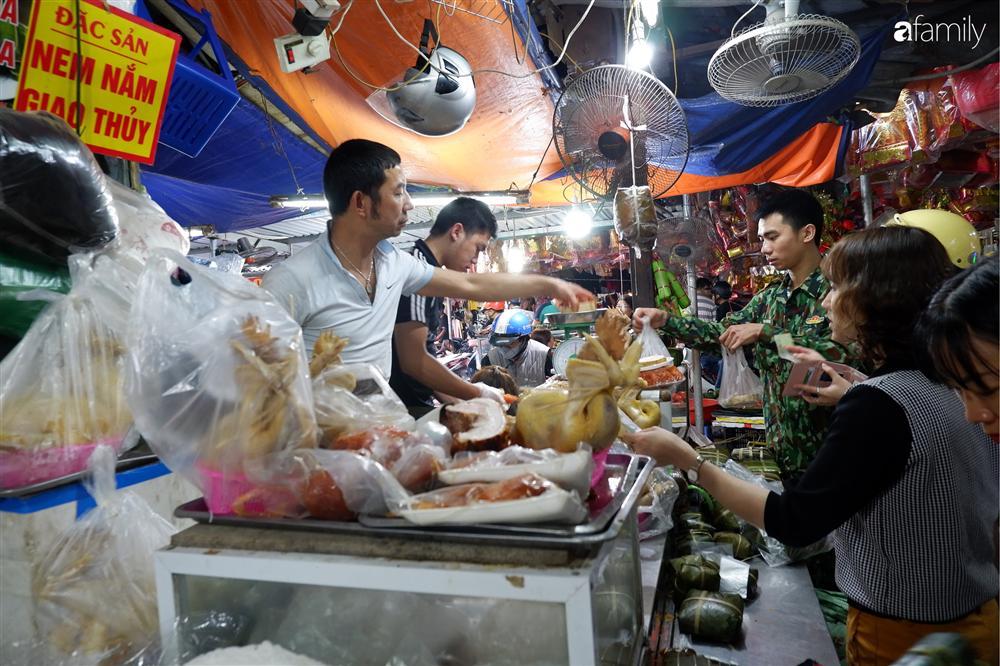 Tiễn ông Táo về trời: Người Hà Nội nhộn nhịp khiến không khí mua sắm tấp nập trên mỗi khu chợ-13