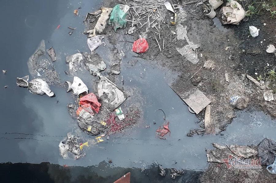 Nước sông đen kịt, bốc mùi, người Hà Nội vẫn đua nhau thả cá-9