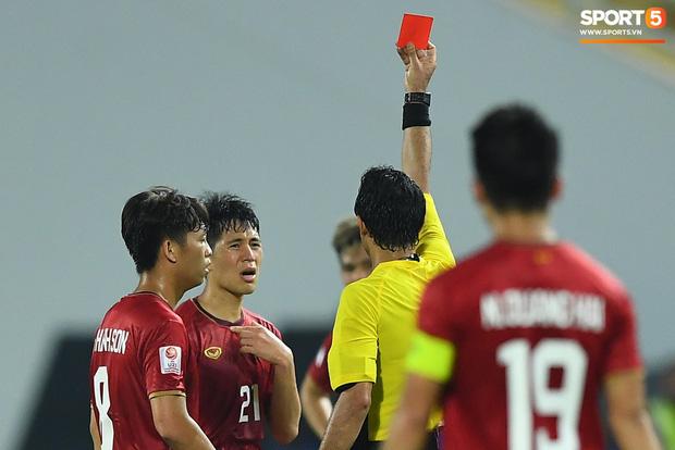 Tác hại không ai ngờ về chiếc thẻ đỏ của Đình Trọng: Lá chắn thép ĐT Việt Nam sẽ bị treo giò ở vòng loại World Cup 2022-2