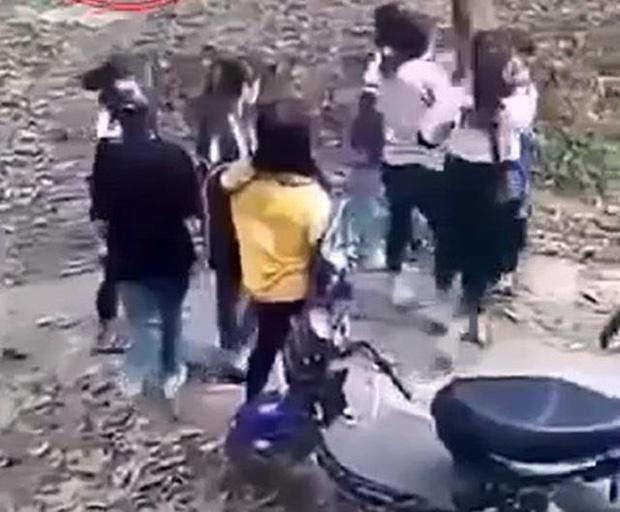 Mâu thuẫn trên mạng, hai nhóm nữ sinh đánh nhau, một người nhập viện cấp cứu-1