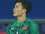 Bùi Tiến Dũng tươi cười trong vòng tay người hâm mộ ngày về nước sau U23 châu Á 2020-14