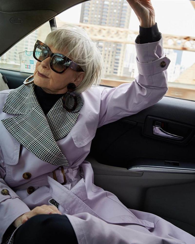 Nữ giáo sư 65 tuổi mặc chất như giới trẻ, bị nhầm là người nổi tiếng-9