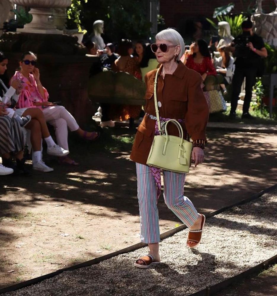 Nữ giáo sư 65 tuổi mặc chất như giới trẻ, bị nhầm là người nổi tiếng-12