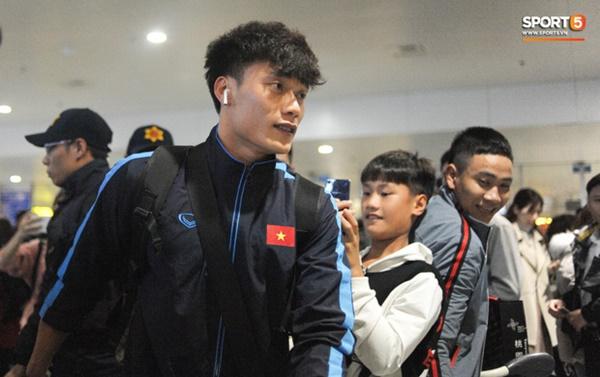 Bùi Tiến Dũng tươi cười trong vòng tay người hâm mộ ngày về nước sau U23 châu Á 2020-4