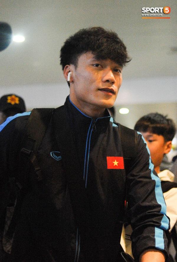 Bùi Tiến Dũng tươi cười trong vòng tay người hâm mộ ngày về nước sau U23 châu Á 2020-5