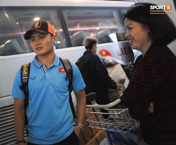 Bùi Tiến Dũng tươi cười trong vòng tay người hâm mộ ngày về nước sau U23 châu Á 2020-8