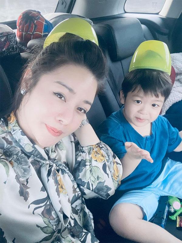 Nhật Kim Anh lần đầu được tự đưa con đi chơi giữa ồn ào với chồng cũ-1