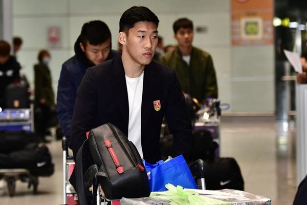 Buồn như đội tuyển U23 Trung Quốc ngày về nước: Đã mệt lả, kiệt sức vì chuyến bay dài lại còn bị các CĐV quay lưng-2