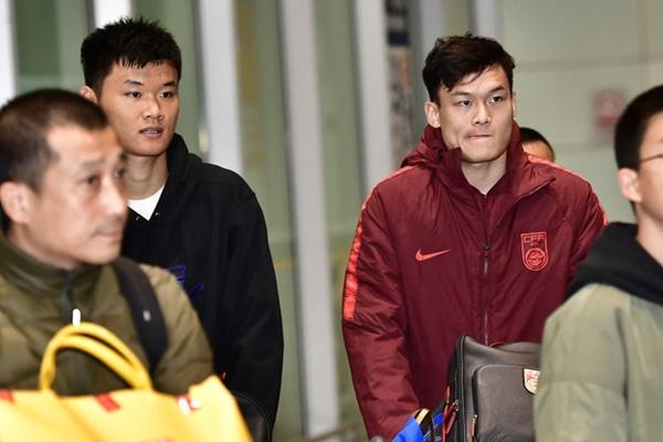 Buồn như đội tuyển U23 Trung Quốc ngày về nước: Đã mệt lả, kiệt sức vì chuyến bay dài lại còn bị các CĐV quay lưng-6