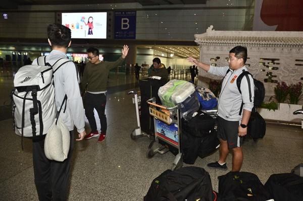 Buồn như đội tuyển U23 Trung Quốc ngày về nước: Đã mệt lả, kiệt sức vì chuyến bay dài lại còn bị các CĐV quay lưng-8
