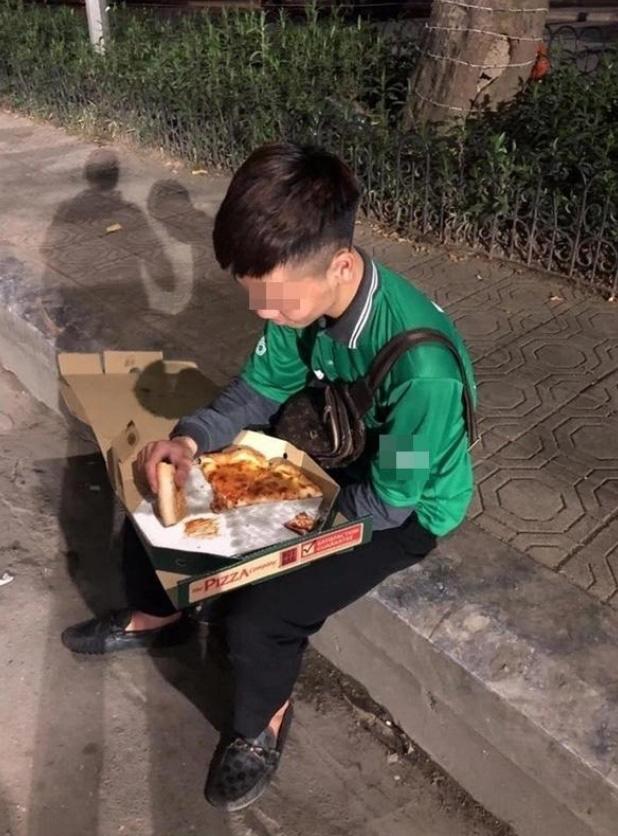 Cuối năm, hình ảnh shipper ngồi vỉa hè, ăn miếng pizza trong cay đắng khiến tất cả bức xúc-1