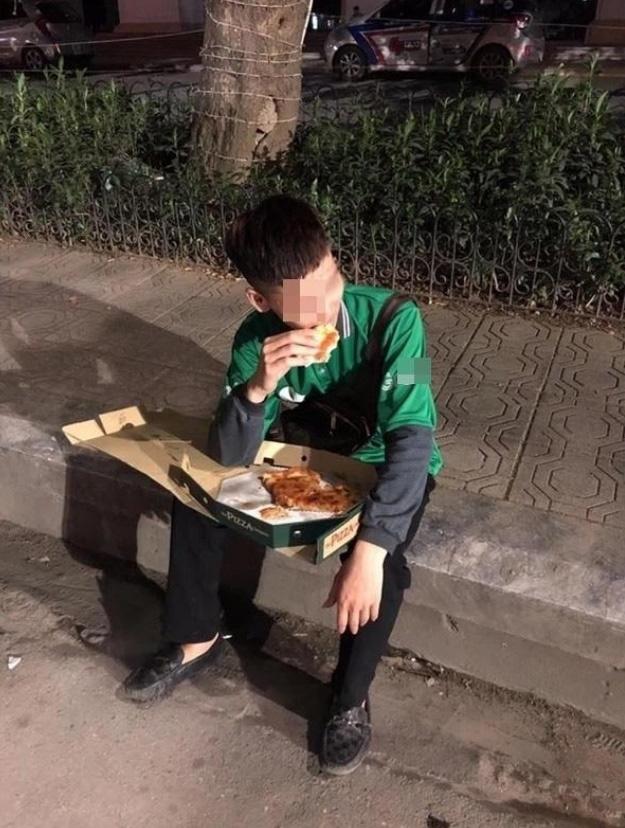 Cuối năm, hình ảnh shipper ngồi vỉa hè, ăn miếng pizza trong cay đắng khiến tất cả bức xúc-2