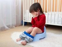 Bé gái 4 tuổi thử đi tiểu đứng như các bạn nam nhưng ướt quần, mẹ lấy ra 1 thứ rồi giải thích khiến ai cũng xuýt xoa