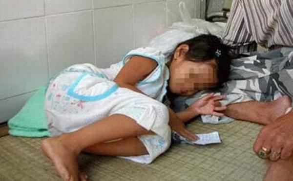Phẫn nộ: Bé gái 7 tuổi bị bố của bạn dẫn vào rừng giở trò đồi bại-1