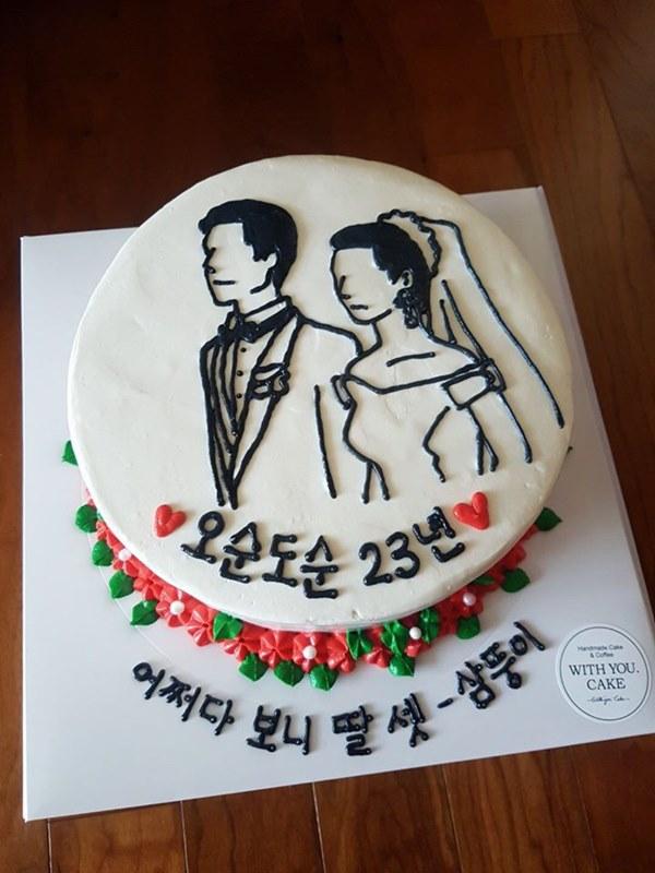 Đặt chiếc bánh kem mừng 30 năm ngày cưới bố mẹ, bạn trẻ khóc cạn nước mắt khi đến màn cắt bánh-3