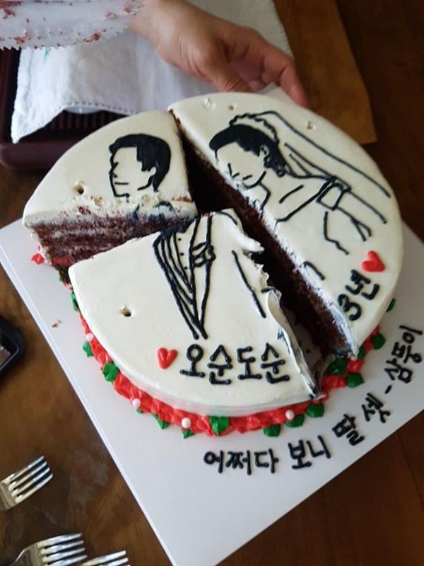 Đặt chiếc bánh kem mừng 30 năm ngày cưới bố mẹ, bạn trẻ khóc cạn nước mắt khi đến màn cắt bánh-4