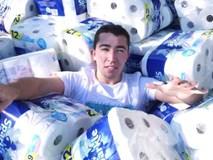 Dùng hàng nghìn cuộn giấy vệ sinh hút nước bể bơi, YouTuber bị ném đá