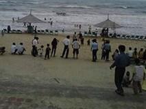 Rủ nhau ra biển tắm, hai học sinh bị sóng cuốn trôi ngày giáp Tết