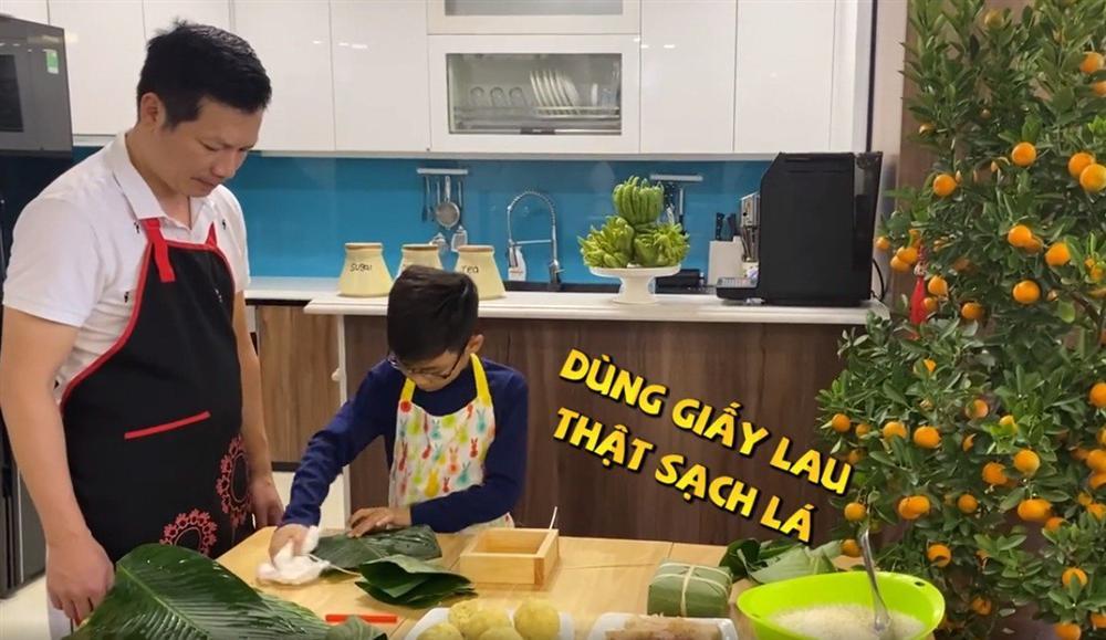Shark Hưng dạy con trai gói bánh chưng, cu cậu đáng yêu gây sốt-5
