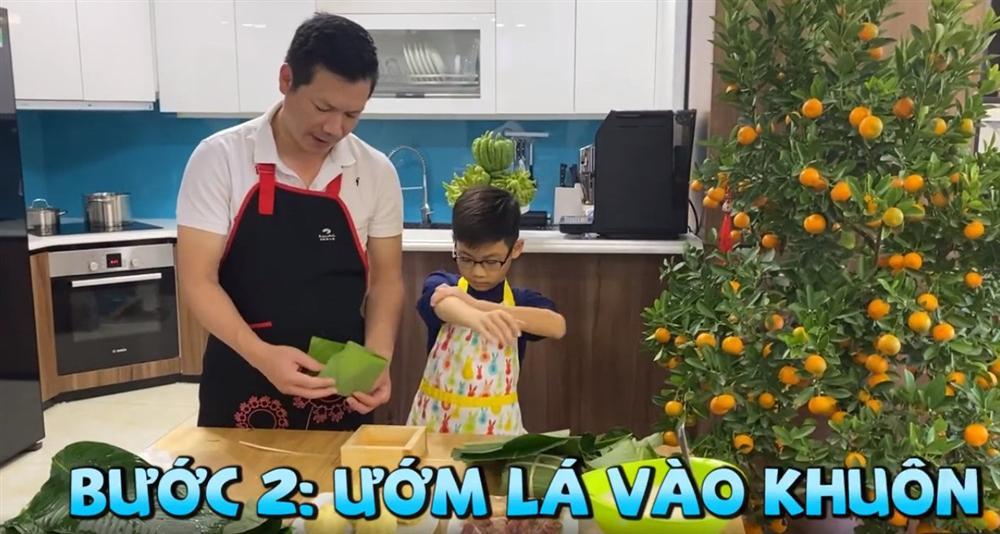 Shark Hưng dạy con trai gói bánh chưng, cu cậu đáng yêu gây sốt-6