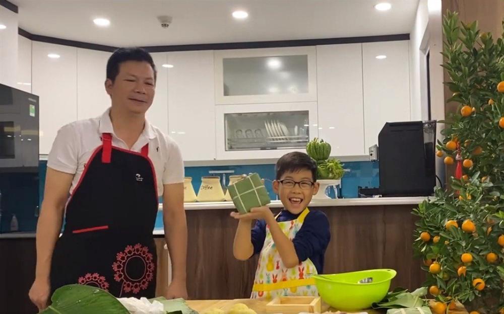 Shark Hưng dạy con trai gói bánh chưng, cu cậu đáng yêu gây sốt-9