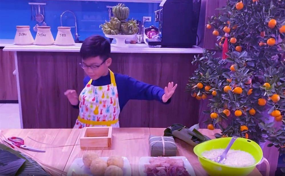 Shark Hưng dạy con trai gói bánh chưng, cu cậu đáng yêu gây sốt-11