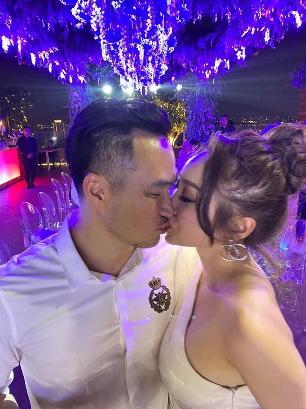 Chi Bảo hôn say đắm bạn gái kém 16 tuổi trong tiệc sinh nhật sang chảnh, phản ứng của Trương Ngọc Ánh đặc biệt hơn-1