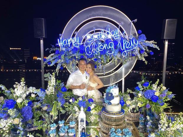 Chi Bảo hôn say đắm bạn gái kém 16 tuổi trong tiệc sinh nhật sang chảnh, phản ứng của Trương Ngọc Ánh đặc biệt hơn-2