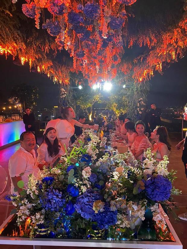 Chi Bảo hôn say đắm bạn gái kém 16 tuổi trong tiệc sinh nhật sang chảnh, phản ứng của Trương Ngọc Ánh đặc biệt hơn-4